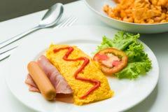 煎蛋卷早餐用蕃茄和菜在盘 图库摄影