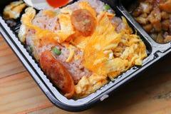 煎蛋卷用在炒饭关闭的香肠猪肉在箱子黑色泰国样式食物木桌背景中 库存照片