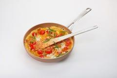 煎蛋卷用樱桃和草本在煎锅 免版税库存图片