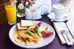 煎蛋卷用油煎方型小面包片和装饰 免版税图库摄影