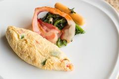 煎蛋卷用烟肉、香肠和菠菜。早餐 图库摄影
