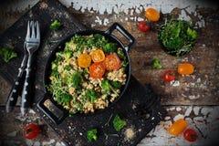 煎蛋卷用硬花甘蓝和菜 免版税图库摄影