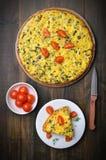 煎蛋卷用草本和新鲜的蕃茄 库存图片