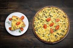 煎蛋卷用草本和新鲜的蕃茄 免版税库存照片