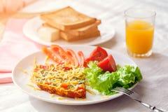 煎蛋卷用菜沙拉 免版税库存图片