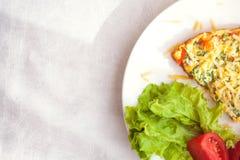 煎蛋卷用菜沙拉 免版税库存照片