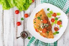 煎蛋卷用蕃茄、荷兰芹和希腊白软干酪 免版税库存图片