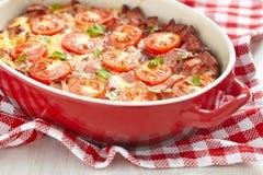煎蛋卷用蕃茄和香肠 库存图片
