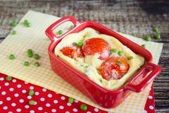 煎蛋卷用蕃茄和绿豆 菜肉馅煎蛋饼 图库摄影