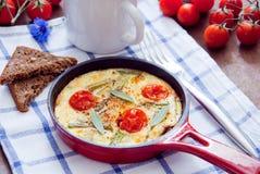 煎蛋卷用西红柿 免版税库存图片