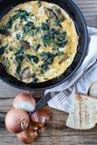 煎蛋卷用野生蘑菇和菠菜,看法从上面 免版税图库摄影
