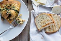 煎蛋卷用野生蘑菇和菠菜 免版税库存图片