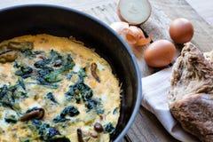 煎蛋卷用野生蘑菇和菠菜 免版税库存照片
