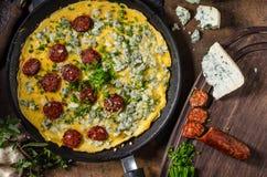 煎蛋卷用青纹干酪和香肠 免版税库存照片