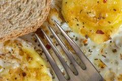 煎蛋和多士特写镜头与调味料 库存照片