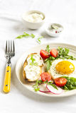 煎蛋和多士用乳酪 免版税库存图片
