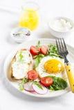 煎蛋和多士用乳酪 免版税图库摄影