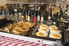 煎蛋和敬酒的烤饼 免版税库存图片
