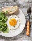 煎蛋和新鲜的菠菜-一顿健康早餐或快餐 库存照片