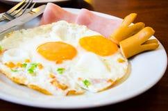 煎蛋和火腿和香肠 库存照片