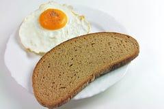 煎蛋和面包 免版税库存图片