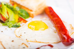 煎蛋和香肠 库存照片