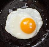 煎蛋在平底锅 免版税库存图片
