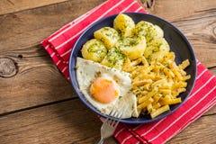 煎蛋服务用土豆和黄豆 库存图片