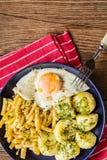 煎蛋服务用土豆和黄豆 免版税库存图片
