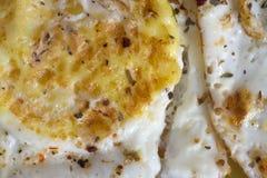 煎蛋特写镜头与调味料的 Hhealthy早餐 库存照片