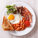 煎蛋用烟肉、豆和多士顶视图特写镜头 图库摄影