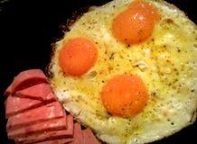 煎蛋用蒜味咸腊肠 图库摄影