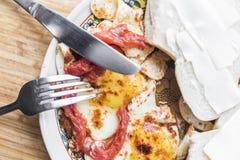 煎蛋用蕃茄、三明治、叉子和刀子 库存图片