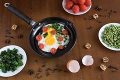 煎蛋用蕃茄和绿豆 库存图片