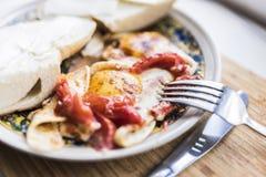 煎蛋用蕃茄,三明治,叉子 免版税库存图片