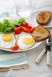 煎蛋用面包、蕃茄和莴苣在板材 免版税库存图片
