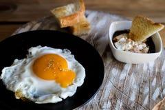 煎蛋用面包油煎方型小面包片和蒜酱油 图库摄影