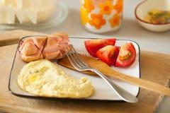 煎蛋用香肠和新鲜的蕃茄在木桌上 免版税库存照片