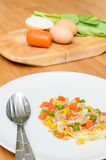 煎蛋顶部油煎了菜用剁碎的猪肉 免版税图库摄影