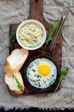 煎蛋,乳酪调味料,大面包,顶视图 库存图片