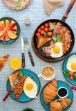 煎蛋,豆,蕃茄,烟肉,敬酒各种各样的果子,汁液, 免版税图库摄影