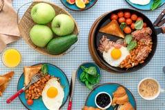 煎蛋,豆,蕃茄,烟肉,敬酒各种各样的果子,汁液, 库存图片