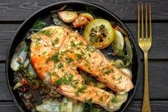 煎锅用鲑鱼排,混乱油炸物素食者,柠檬,葱和 免版税图库摄影