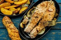 煎锅用鲑鱼排,混乱油炸物素食者,柠檬,葱和 库存图片