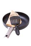 煎锅薄煎饼开槽的小铲 免版税库存图片