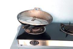 煤气灶和平底锅 免版税库存照片