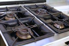 煤气炉在学校军用餐具的一个工业厨房里 库存图片
