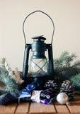 煤油提灯、杉木锥体和冷杉木分支 免版税库存照片