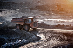 煤炭准备植物 在工作地点煤炭trans的大矿用汽车 免版税库存图片