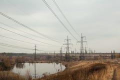 煤炭发电厂在美好的区域有很多树和湖,精力充沛的杆的镜象反射和与烟囱的发电站, 免版税库存图片